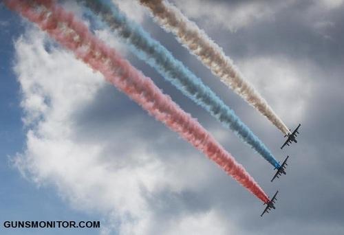جت های جنگنده سوخو25  در حال آزادسازی دودهای رنگی متناسب با رنگ بندی پرچم روسیه در مراسم افتتاحیه نمایشگاه