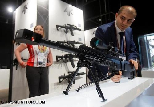 بررسی اسلحه تک تیرانداز در غرفه گروه کلاشنیکف
