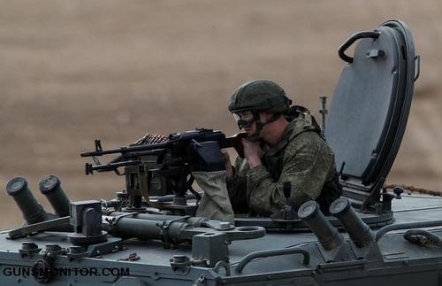 یکی از اعضای ارتش روسیه همراه تجهیزات نظامی