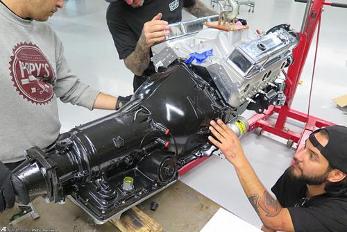 در مرحله بعد تمام برنامه کاری مربوط به موتور و سیستم انتقال نیروی موتور به چرخ ها می شود. برای جعبه دنده از نمونه 4ال60ایی اتوماتیک جنرال موتورز استفاده شده که با موتور 500 اسب بخاری جدید مونت کارلو به خوبی هماهنگ است