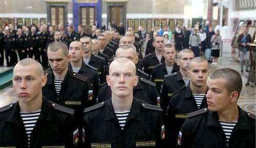 آیین گرامیداشت 14 سرباز نیروی دریایی روسیه که در حادثه آتشسوزی اخیر در یک زیردریایی جان باختهاند./ کلیسای جامع شهر