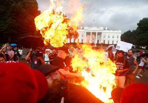 مخالفان ترامپ در سالگرد استقلال ایالات متحده آمریکا با تجمع در مقابل کاخ سفید پرچم آمریکا را به آتش کشیدند./ رویترز