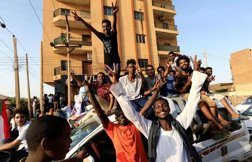 شادمانی انقلابیون سودانی از توافق بین مخالفان و شورای نظامیان سودان برای تقسیم قدرت/ خارطوم/ رویترز