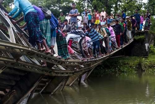 عبور از روی یک پل شکسته در بنگلادش/ گتی ایمجز