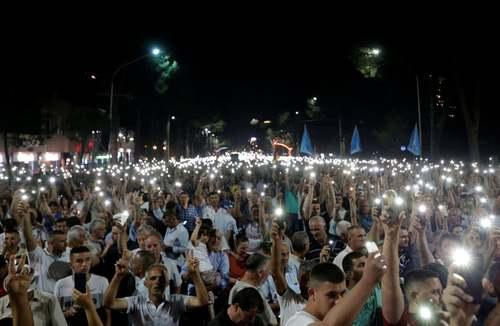 تجمع و تظاهرات مخالفان حکومت در مقابل دفتر نخست وزیری در شهر تیرانا پایتخت آلبانی/ رویترز