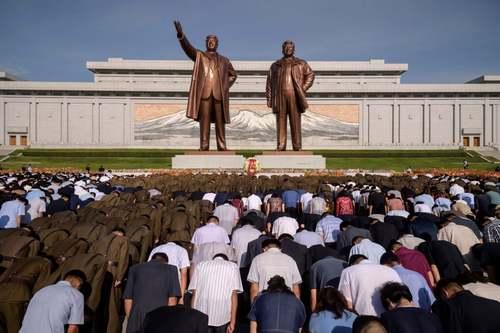 ادای احترام مردم کره شمالی در مقابل مجسمه