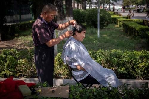 سلمانی کنار خیابانی در شهر پکن/ خبرگزاری فرانسه