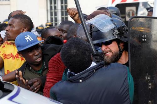 تظاهرات مهاجران ثبت نام نشده در اداره مهاجرت فرانسه در مرکز پاریس/ رویترز
