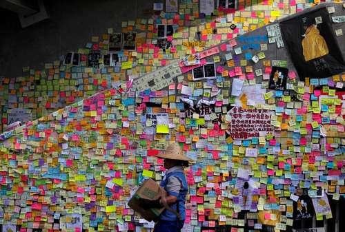 یادداشتهای اعتراضی شهروندان هنگ کنگی روی دیوار شورای قانونگذاری این شهر در اعتراض به استرداد مجرمان به چین/ رویترز