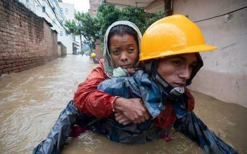 امدادرسانی یه سیلزدگان در شهر کاتماندو نپال/EPA