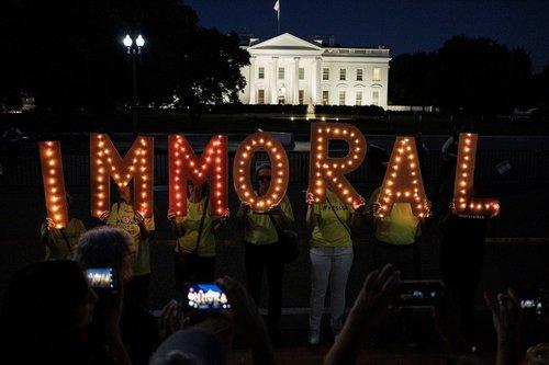 تظاهرات فعالان حقوق مهاجران در اعتراض به سیاستهای ضد مهاجرتی ترامپ در مقابل کاخ سفید/ رویترز