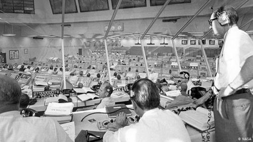 آغاز این جهش بزرگ- و اما آغاز داستان: ساموئل فیلیپس، مدیر برنامههای آپولو از اتاق کنترل مرکز فضانوردی کندی بر فعالیتهای مقدماتی پرتاب آپولو ۱۱ به ماه نظارت میکند. لحظه شروع ماموریت روز ۱۶ ژوئیه سال ۱۹۶۹ است. آپولو ۱۱ توسط موشک حامل ساترن پنج پرتاب شد. سرنشینان آن عبارت بودند از نیل آرمسترانگ، ادوین بازآلدرین و مایکل کالینز.