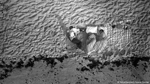 پخش زنده تلویزیونی از فرود ماه- این سه نفر در شمار هزاران نفری بودند که در سواحل و خیابانهای مجاور مرکز فضایی کندی و نزدیک ایستگاه فصایی ناسا در فلوریدا چادر زده بودند تا پرتاب آپولو به فضا را از نزدیک دنبال کنند.