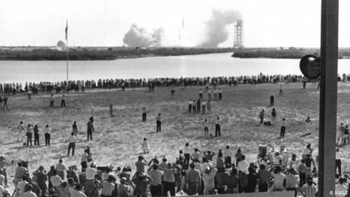 نور، دوربین، آماده حرکت، پرتاب!- نه تنها هزاران نفر برای دیدن این لحظه تاریخی به نزدیکی محل پرتاب آپولو ۱۱ آمده بودند، بلکه هزاران گزارشگر نیز از سراسر جهان برای پوشش خبری به مرکز فضایی کندی آمده بودند. ۳۴۹۷ خبرنگار رسما برای پوشش خبری این رویداد ثبتنام کرده بوند. آنها در محوطه خبرنگاران مرکز فضایی کندی برای دیدن و گزارشدهی از پرتاب آپولو ۱۱ تجمع کرده بودند.