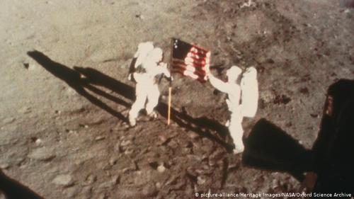 فرود بر سطح ماه- روز ۲۰ ژوئیه سال ۱۹۶۹ ساعت هشت و ۱۷ دقیقه و ۵۸ ثانیه شب، نیل آرمسترانگ اعلام کرد: