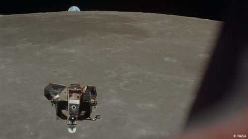 و این چنین نزدیک!- این عکس را روز ۲۱ ژوئیه مایکل کالینز گرفته است. در این عکس ماهنشین عقاب به هنگام بازگشت از ماه دیده میشود. در حالی که آرمسترانگ و آلدرین نخستین انسانهایی بودند که بر سطح ماه گام نهادند، مایکل کالینز در گردونه فرماندهی کلمبیا و در مدار ماه بازگشت دیگر سرنشینان آپولو ۱۱ را به انتظار نشسته بود.