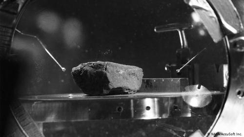 نمونه شماره ۱۰۰۰۳ از خاک ماه- گردش تجسسی آرمسترانگ و آلدرین دو ساعت و نیم طول کشید. آلدرین ۴۷ پوند (حدود ۲۲ کیلوگرم) خاک از سطح ماه همراه آورد. این عکس متعلق به ۲۷ ژوئیه و پس از بازگشت سرنشینان آپولو ۱۱ است. در جریان شش سفر به ماه، فضانوردان ۲۴۱۵ نمونه از خاک ماه، با وزنی معادل ۴۰۰ کیلوگرم همراه با خود به زمین حمل کردهاند.