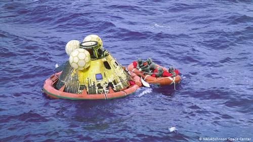 بازگشت به زمین- روز ۲۴ ژوئیه ۱۹۶۹ ساعت ۱۶ و ۵۰ دقیقه به وقت اروپای مرکزی سرنشینان آپولوی ۱۱ در اقیانوس آرام، ۲۱ کیلومتری ناوهواپیمابر یواساس هورنت و در ۱۴۸۰ کیلومتری جنوب غربی هاوایی فرود آمدند. پس از رسیدن به زمین سرنشینان آپولو میبایست فرم گمرکی پر کرده و چیزهایی که از ماه همراه آورده بودند را اعلام میکردند. پس از آن، برای مدت سه ماه در قرنطینه به سر بردند.