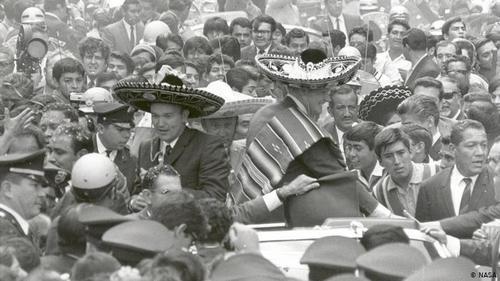 استقبال گرم مردم- فضانوردان آپولو ۱۱ لباس فضانوردی بر تن ندارند، بلکه پانچو و سمبررو (کلاه مکزیکی) پوشیدهاند. آنها پس از بازگشت از ماه از کشوری به کشور دیگر سفر کردند. سفر به ۲۴ کشور، ۲۷ شهر ظرف ۴۵ روز. آمریکا بر آن بود که با سفر این فضانوردان نشان دهد که حاضر است دانش فضایی خود را به اشتراک بگذارد. آرمسترانگ و آلدرین همچون ستارگان دنیای هنر یا ورزش مورد استقبال قرار گرفتند. ۲۳ سپتامبر ۱۹۶۹ در مکزیکوسیتی.