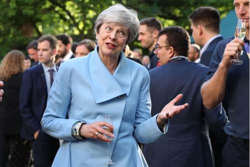 میزبانی نخست وزیر مستعفی بریتانیا از بازیکنان تیم ملی کریکت انگلیس در باغ مقر نخست وزیری پس از قهرمانی آنها در جام جهانی کریکت در لندن/ گتی ایمجز