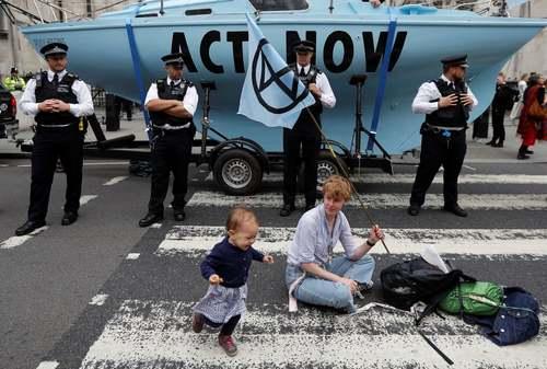 تحصن فعالان محیط زیست برای اقدام عاجل علیه تغییرات اقلیمی در مقابل دادگاه عالی بریتانیا در لندن