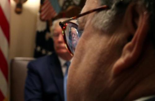 انعکاس تصویر ترامپ در لنز عینک