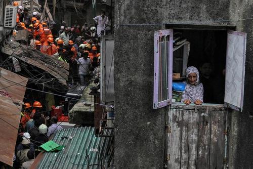 امدادرسانان درحال نجات زیر آوارماندگان از ساختمانی قدیمی و فروریخته در شهر بمبئی هند / رویترز