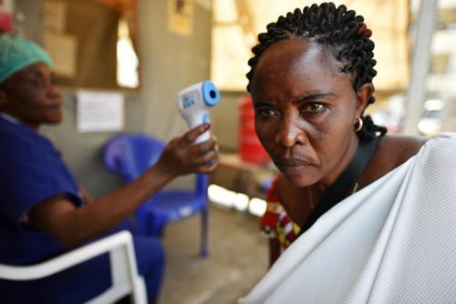 کنترل دمای بدن یک زن هنگام ورود به بیمارستان عمومی شهر