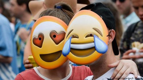 عکسهای دوستداشتنی- طبق آماری که توییتر منتشر کرده، ماهانه حدود ۲۵۰ میلیون نقش کوچک ارسال میشود؛ یعنی سالانه بیش از سه میلیارد اموجی در گشت و گذار هستند. پارسال صورتکهای لبخندزن، با قطرات اشک یا نقش قلب، بیش از هر نماد دیگری مصرف داشت.