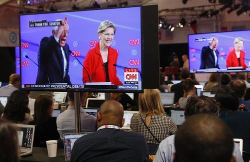 اتاق کار خبرنگاران در حاشیه مناظره زنده تلویزیونی نامزدهای حزب دموکرات در شهر دیترویت ایالت میشیگان آمریکا/ رویترز