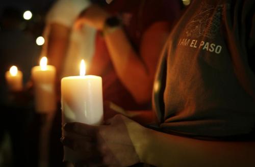 مردم برای ابراز همدردی با خانوادههای کشتهشدگان فروشگاه والمارت الپاسو دور هم جمع شده و شمع روشن کردند/ رویترز