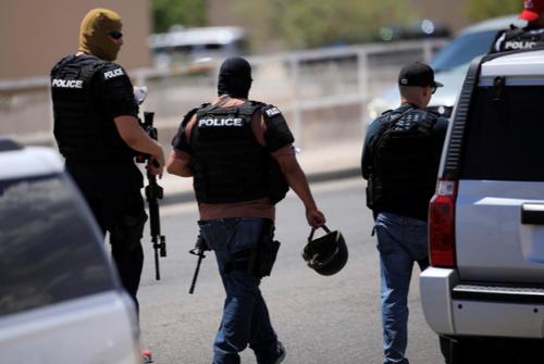 لحظه ورود پلیس به منطقه تیراندازی/ رویترز