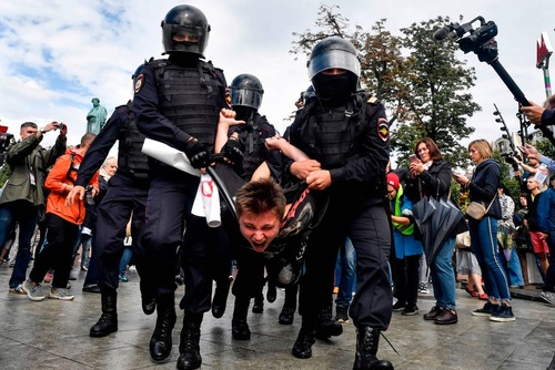 بازداشت یک معترض در میدان