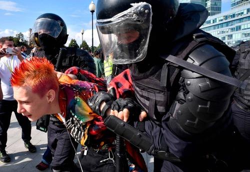 فشار پلیس برای بازداشت/ خبرگزاری فرانسه AFP