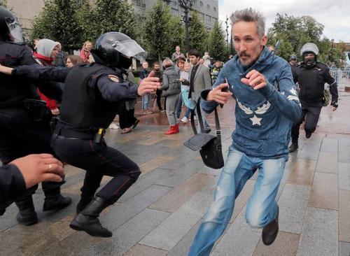 معترضان در حال فرار از دست پلیس/ سازمان محیط زیست آمریکا EPA