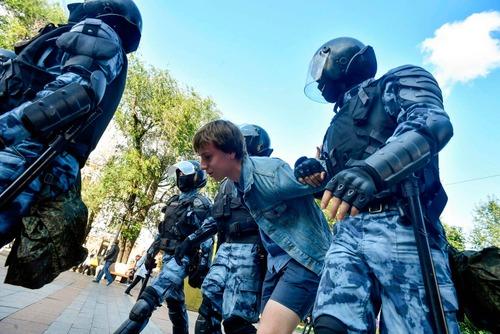 پلیس ضد شورش در حال بازداشت معترضان/ خبرگزاری فرانسه AFP