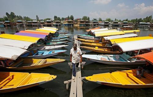 قایقهای گردشگری دریاچه