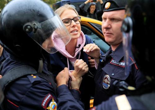 دستگیری یکی از رهبران معترضان مخالف حکومت روسیه در جریان تظاهراتی در مسکو/ رویترز