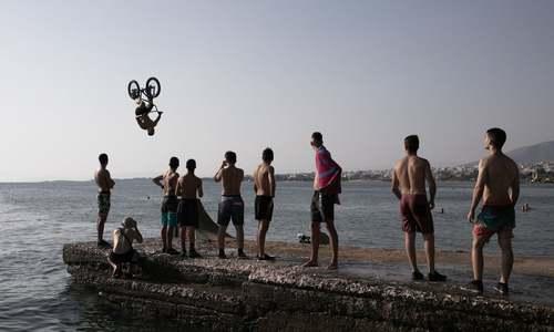 تفریحات ساحلی جوانان یونانی در آتن/ شینهوا