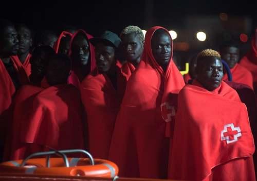 جویان آفریقایی نجات یافته از دریای مدیترانه در
