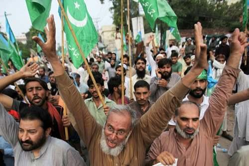 تظاهرات در شهرهای لاهور و پیشاور پاکستان در اعتراض به تصمیم دولت هند درباره کشمیر/ رویترز