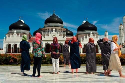 گردشگران در حال عکس گرفتن از مسجد جامع