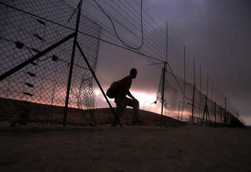 عبور یک مرد فلسطینی از حصار امنیتی و مرزی اسراییل در منطقه