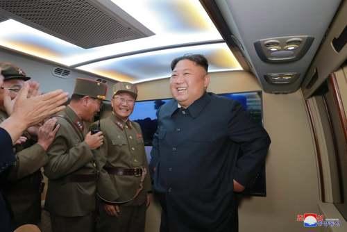 رهبر کره شمالی در حال نظارت بر آخرین آزمایش موشکی بالستیک کوتاه بُرد این کشور در مکانی نامعلوم/ خبرگزاری رسمی کره شمالی
