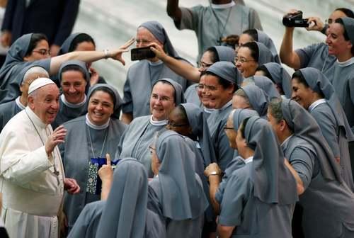پاپ فرانسیس در حال گپ و گفت با راهبههای کاتولیک در مراسم هفتگی خود در واتیکان/ رویترز