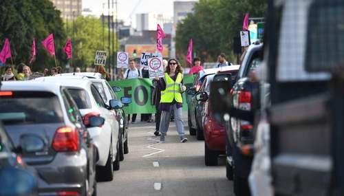 معترضان به تغییرات اقلیمی یک جاده را در بیرمنگام بریتانیا سد کردهاند./ PA