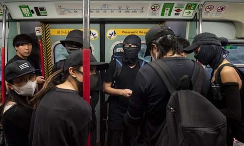 معترضان نقاب پوش هنگکنگی در مترو/ خبرگزاری آناتولی