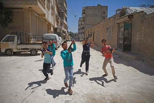 بازی پسربچههای سوری با تفنگهای اسباب بازی در