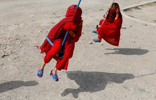 بازی دختر بچههای افغان در نخستین روز عید قربان در شهر کابل/ رویترز