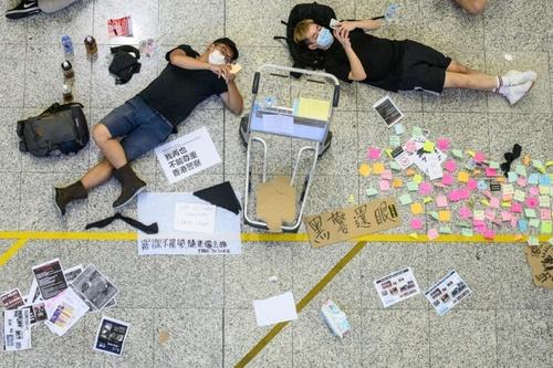 شرح عکس: معترضین در سالن های فرودگاه بین المللی هنگ کنگ . عکس: خبرگزاری فرانسه